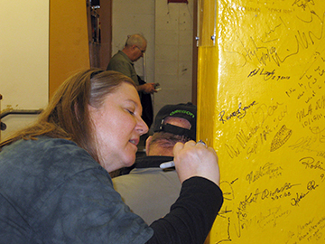 Anne signing the pillar